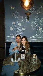 Pedir sake es un must. Aquí nosotros con el nuestro.