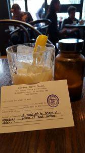 Este drink se llama ¨what the doctor ordered¨ y viene con una¨receta médica¨.