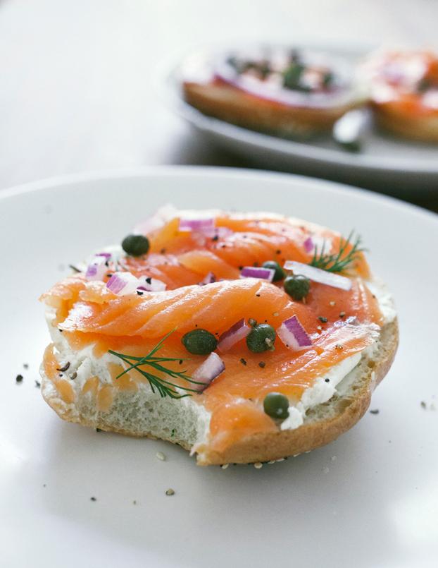 Desayuna con salmón. Aquí la receta del exquisito y famosobagel